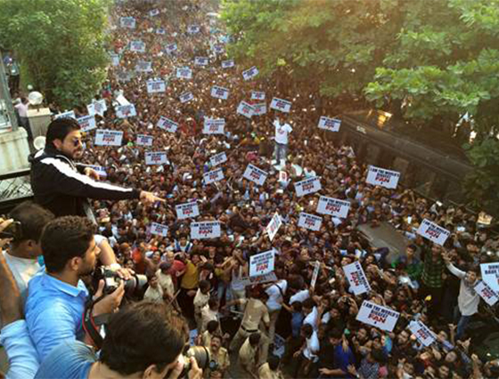 Fans take over and celebrate SRK's 50th birthday Gaurav style!