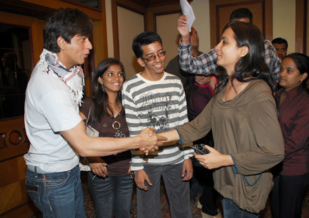 "Shahrukh Khan Meets the Online Contest Winners of ""Rab Ne Bana Di Jodi"""