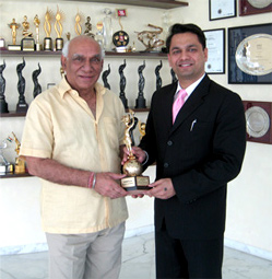 Yash Chopra receiving 'The Special Children's International Jury Prize' for Roadside Romeo